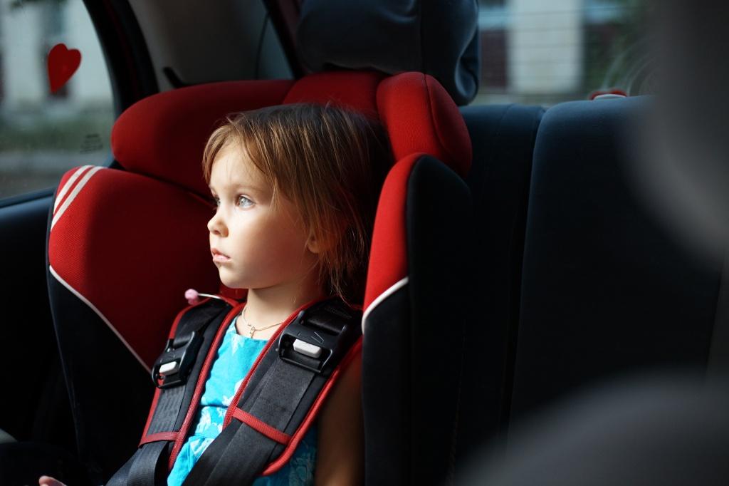 8 причин, почему нельзя оставлять детей одних в закрытом автомобиле