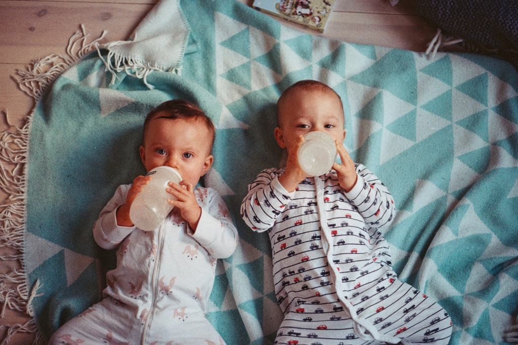 Кольки у немовлят: чим допомогти животику