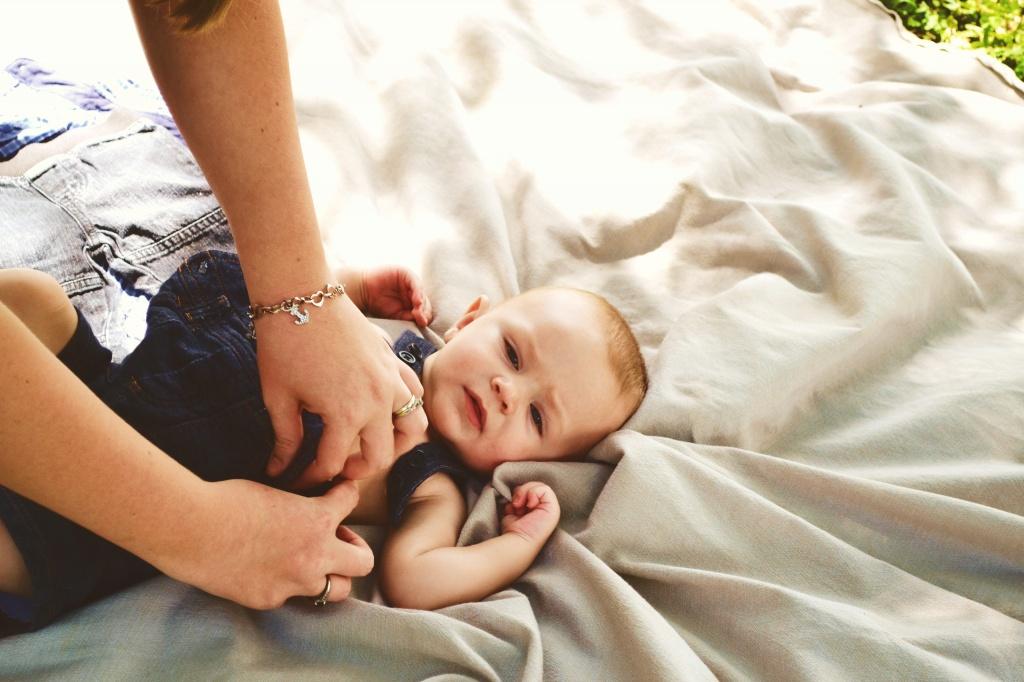 Колики у малышей: чем помочь животику