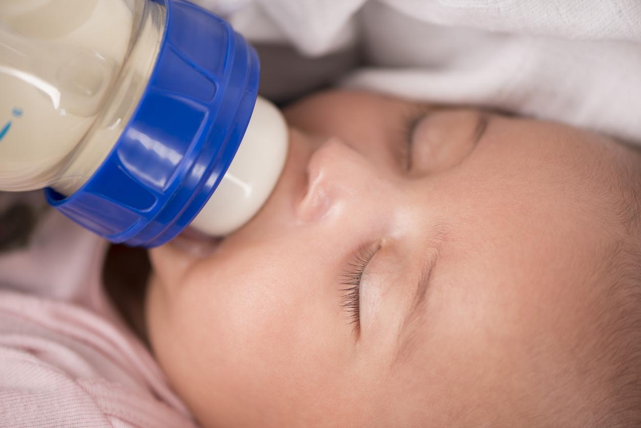 Як правильно годувати дитину з пляшечки