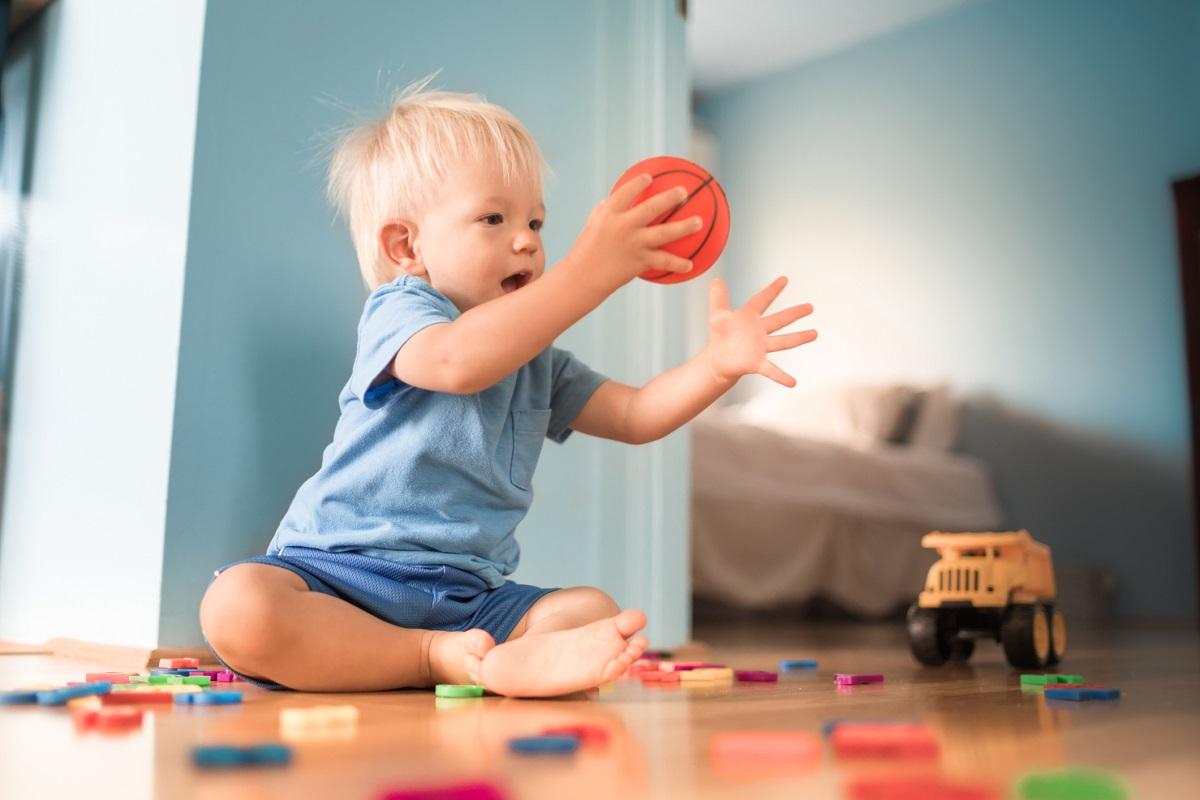 15 развивающих игр для малышей от 6 месяцев до года