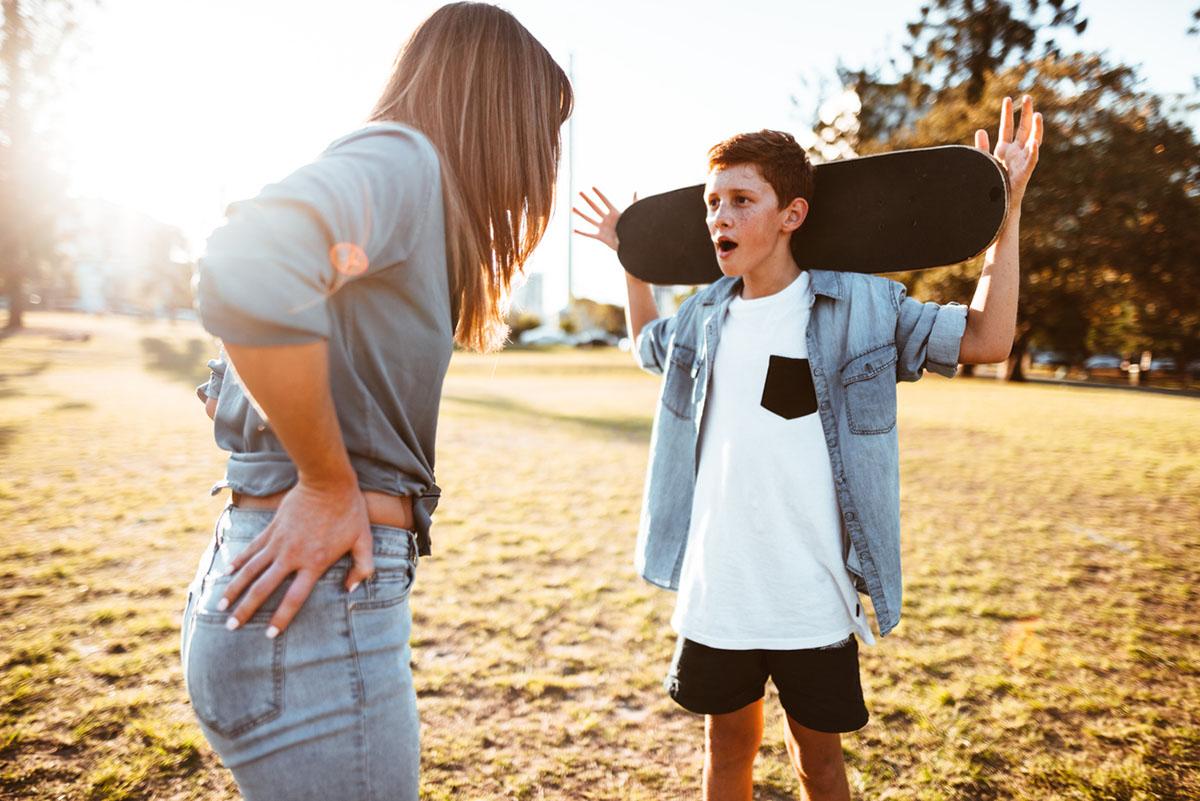 Почему подростки грубят родителям и как на это реагировать