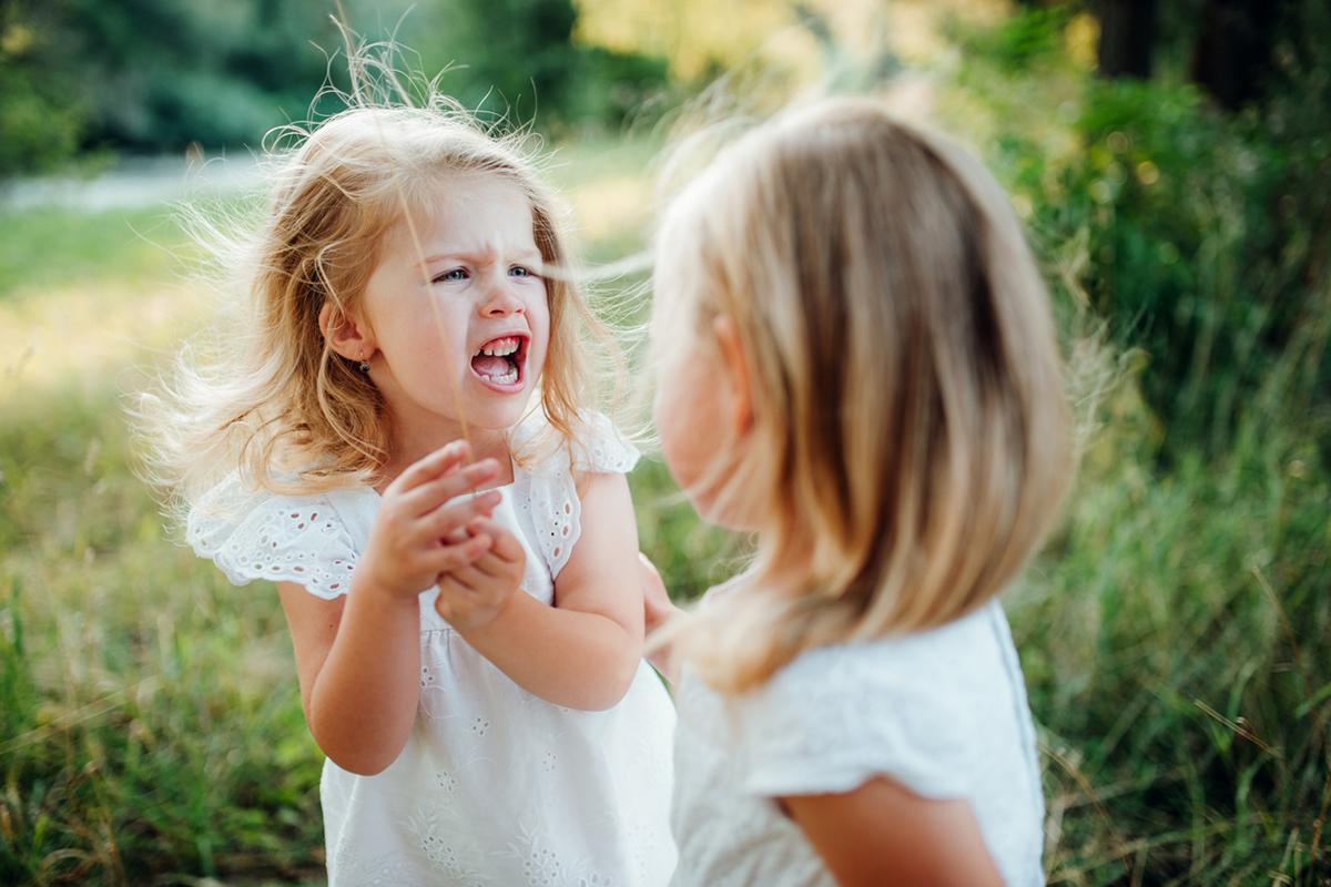 Дитина б'ється: рекомендації як впоратися з дитячою агресією