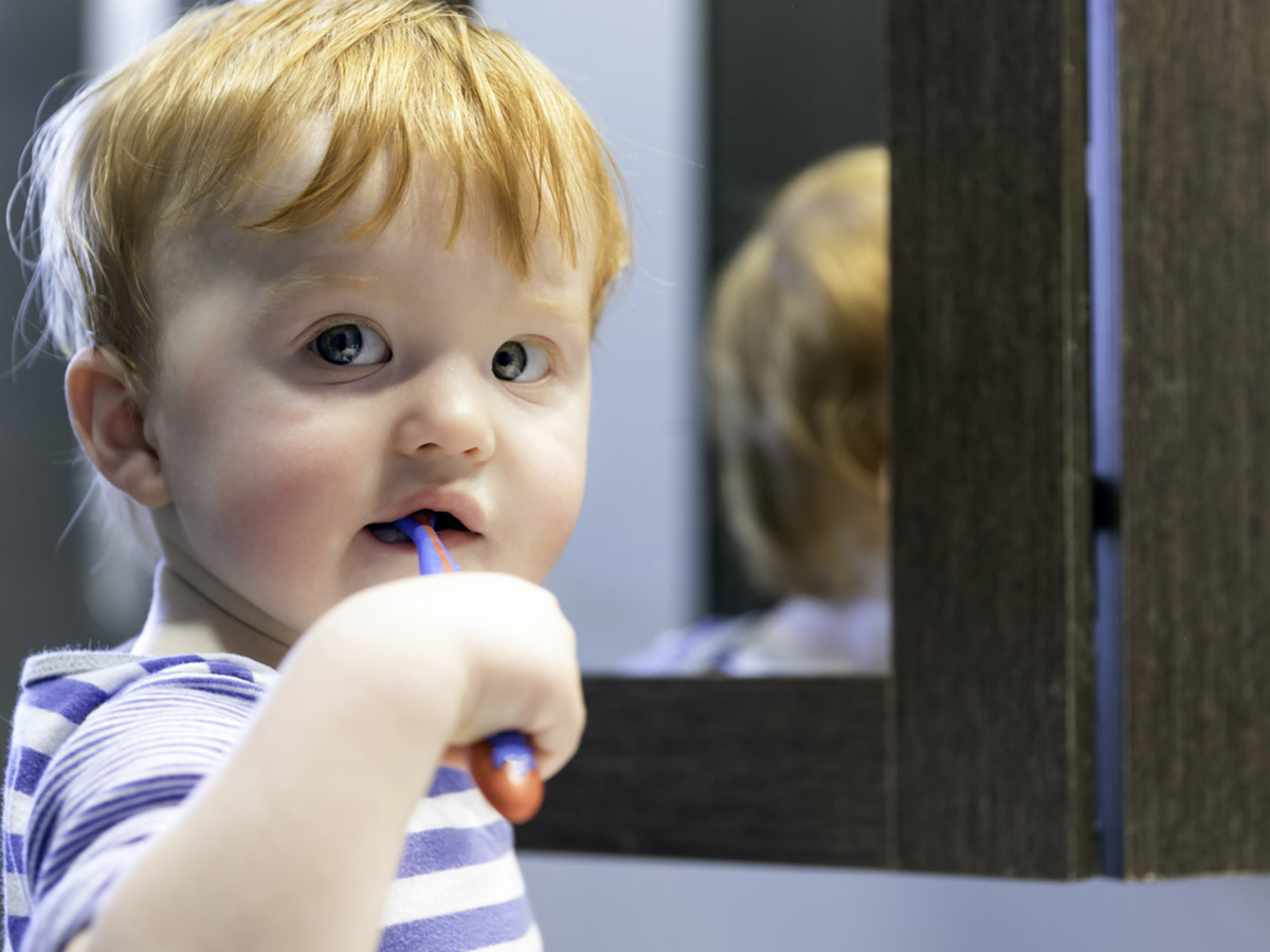 Как правильно чистить зубы маленьким детям